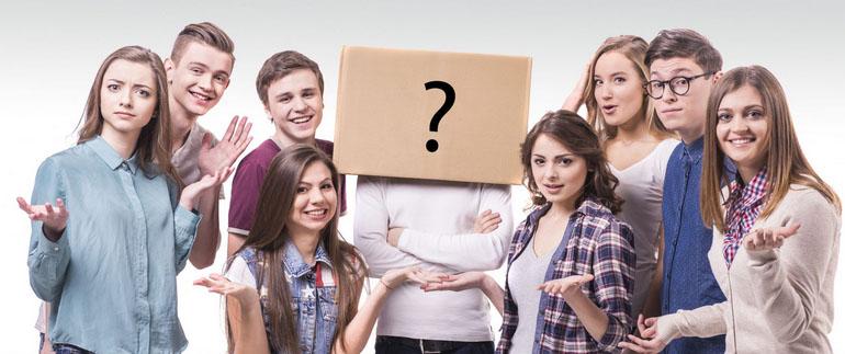Neun Jugendliche blicken fragend in die Kamera. Die Person in der Mitte wird von einem Schuld mit einem großen Fragezeichen verdeckt.